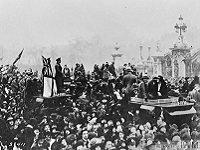 Crowd at Buckingham Palace celebrating signing of Armistice. London, 11 November 1918, © IWM (Q 56642)