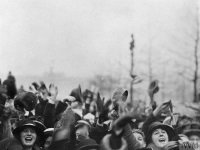 Crowd cheering outside Buckingham Palace during the Armistice Day, 11 November 1918, © IWM (Q 80135)